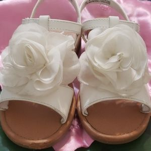 Nina little girl sandals with flower detail.